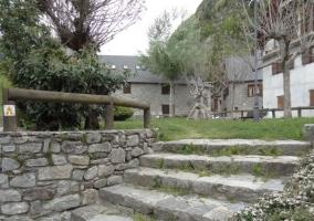 Acceso al alojamiento con escaleras de piedra