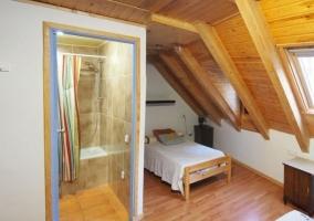 Dormitorio con un aseo y su banera