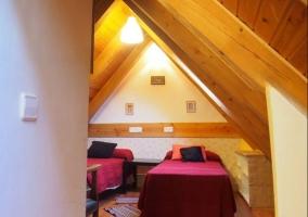 Dormitorio doble con colcha en tonos burdeos