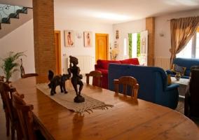Salón comedor con sofás rojos y azules