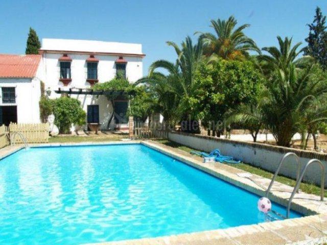 Hacienda chambergo en ecija sevilla for Casa rural sevilla piscina