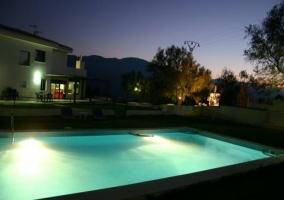 Exterior piscina jardin y casa
