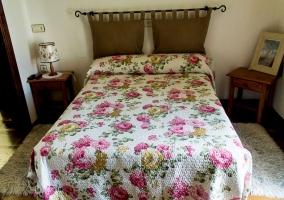 Dormitorio de matrimonio con colchas florales