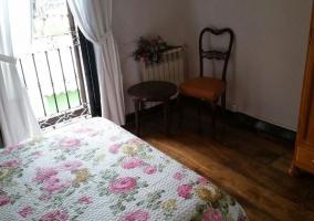 Dormitorio y su colcha de flores