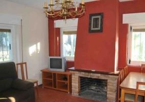 Sala de estar con chimenea y mesa de comedor