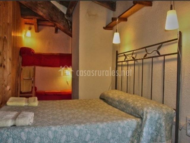 El soler rural en rupit barcelona - Litera con cama de matrimonio ...