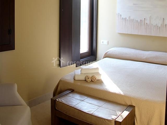 Habitación de matrimonio con toallas