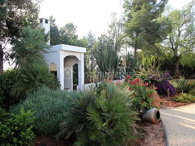 Zona de barbacoa y jardín