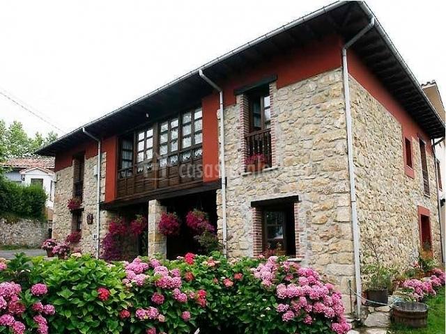 Casa pumarada en cereceda pola de allande asturias for Casas con piedras en la fachada