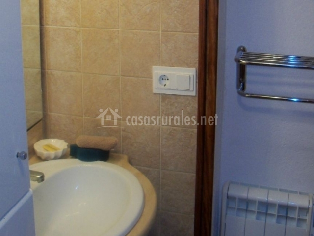 Aseo con espejo sobre el lavabo