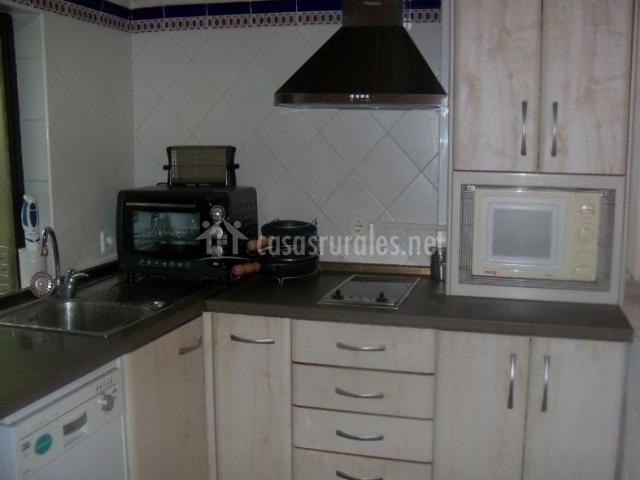 Cocina con microondas y lavavajillas