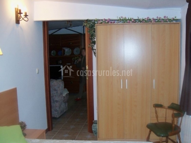 Dormitorio doble con camas juntas y armario de madera