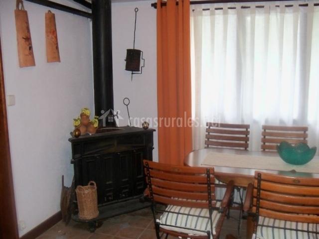 Sala de estar y comedor con chimenea en esquina