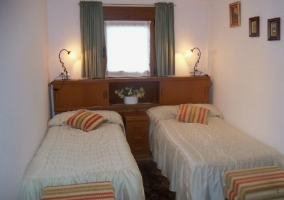 Dormitorio doble con camas separadas y mueble de madera