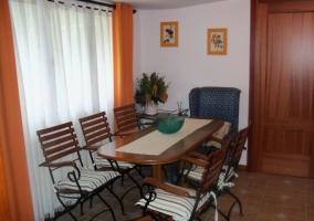 Sala de estar y comedor con sillas de forja