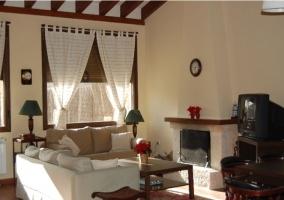 Sala de estar amplia con la chimenea encendida