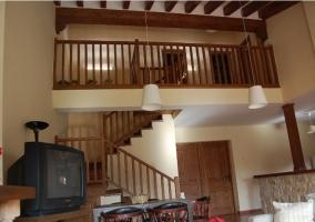 Sala de estar con sillones y chimenea amplios