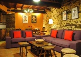 Sala de estar con sillones morados y chimenea