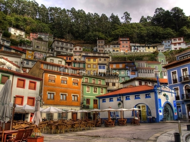 Originales casitas con fachas pintadas de colores