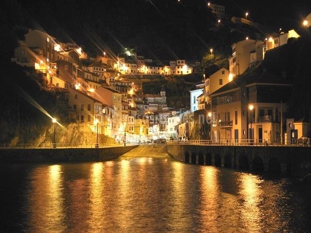 Luz de la noche reflejándose en el agua del mar