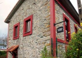 Puerta lateral de la casa, para acceder a la zona de comedor exterior