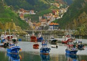 Barcos pesqueros con la localidad de fondo