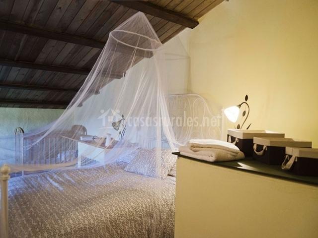 Cuarto con una cama de matrimonio