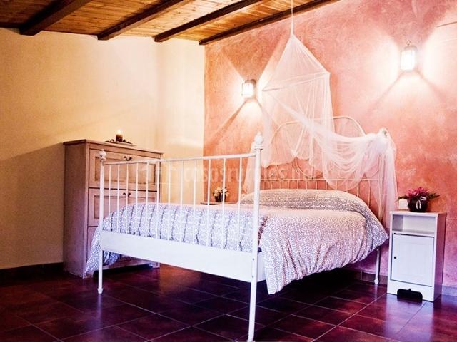 Dormitorio y techo de madera