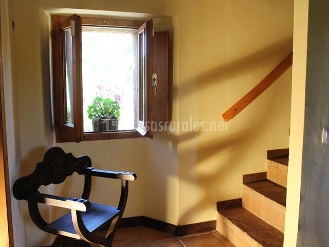 Escaleras y silla de madera