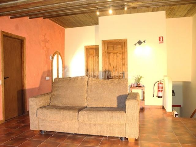 Sofa del salón y escaleras planta baja