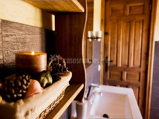 Vela y lavabo del baño