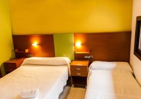 Dormitorio con una cama de matrimonio e individual