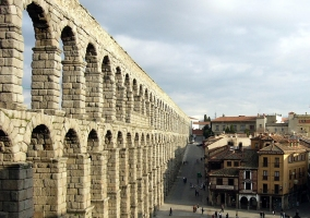 Acueducto de Segovia y gente en la plaza