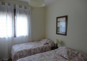 Dormitorio con dos camas y colchas con estampados rosas