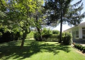 Jardín con amplia zona de hierba junto al alojamiento