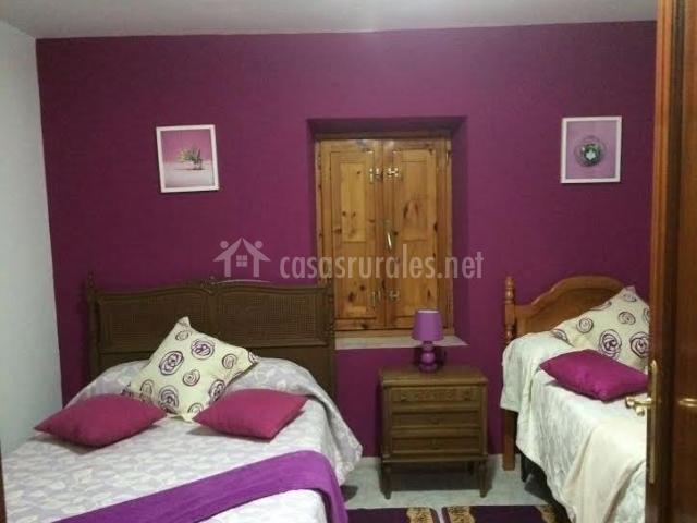 Dormitorio elegante con pared y detalles en morado