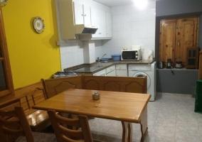 Cocina con mesa de madera muy amplia