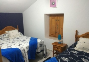 Dormitorio abuhardillado con detalles azules