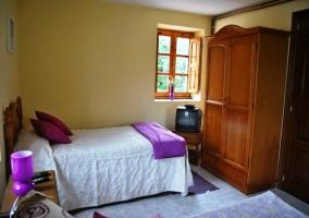 Dormitorio dobel con armario de madera y televisión
