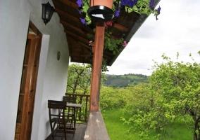 Terraza con mibiliario y vistas al jardín