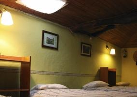 Habitación con techos de madera