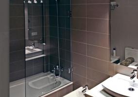 Bañera con mampara de cristal