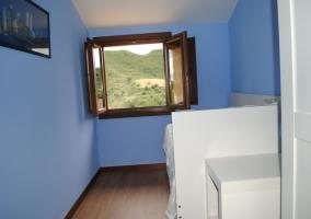 Cuarto de baño completo con ducha y lavabo de madera