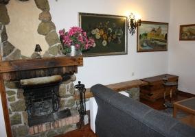 Sala de estar de la planta baja con chimenea
