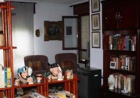 Sala de estar y comedor con sillones frente a la estufa
