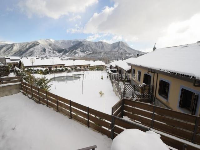 Amplias vistas de la fachada nevada