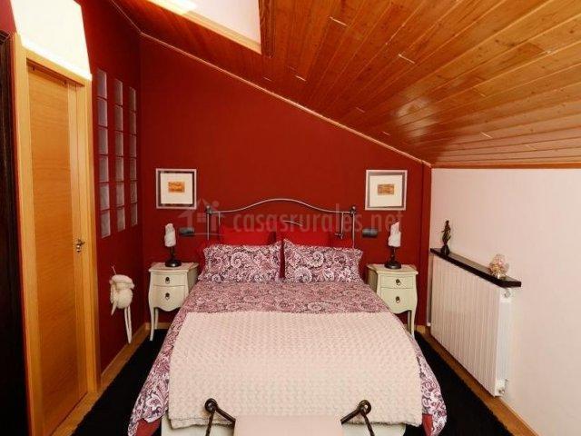 Dormitorio abuhardillado en rojo y blanco