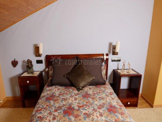 Dormitorio de matrimonio con techos en madera