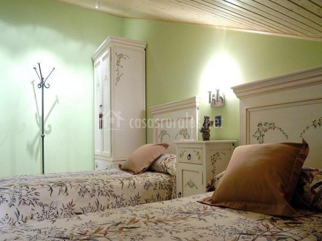Dormitorio doble con mobiliario lacado