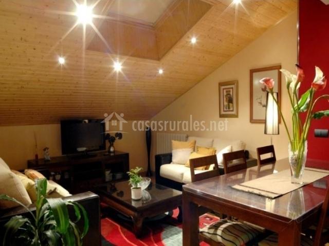 Sala de estar abuhardillada con televisor de plasma